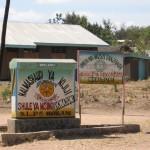 Wegweiser zu einer Sekundarschule für Mädchen und Jungen, Tansania (Foto: Claire Grauer)