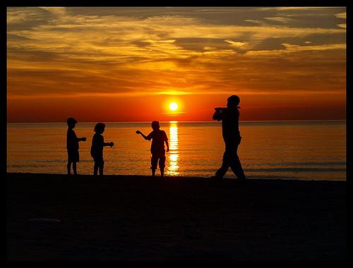 Doch irgendwie Touristenattraktion: Kinder im Sonnenuntergang  (Quelle: Dominik Starosz, flickr)